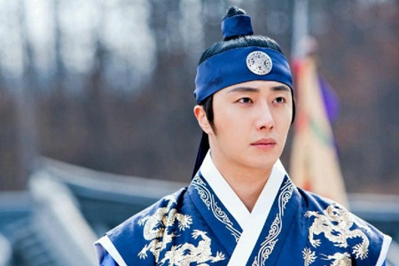 Review: The Moon that Embraces the Sun   The Fangirl Verdict