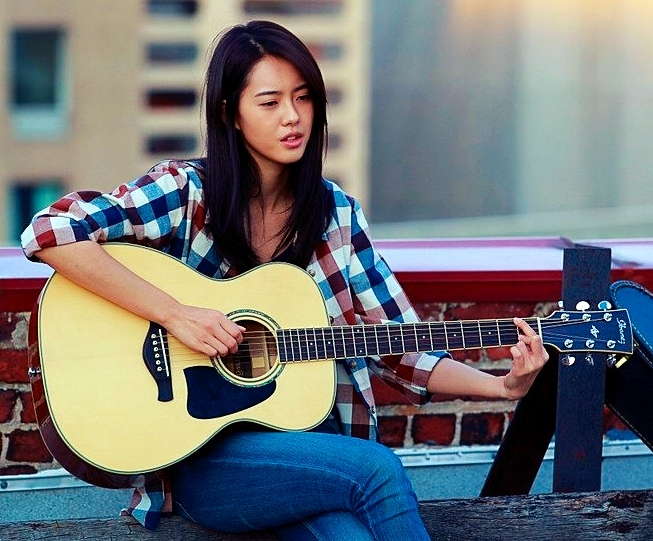 Chae-In-guitar